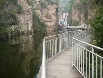 西胜沟风景名胜区是一条14华里的峡谷,峡谷内飞泉瀑布,一年四季溪水常