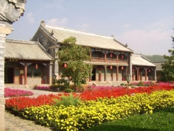 赤峰长途汽车站就位于火车站前的广场上