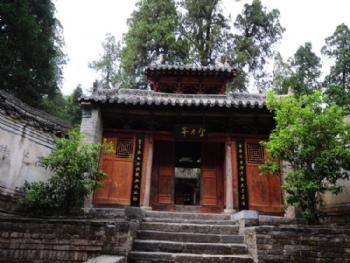 上寺位于仓房镇西北4千米处,坐落在龙山岭南的群山环抱之中.