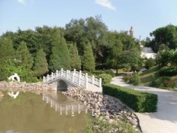 游玩景点桓龙湖万乐岛   万乐岛距桓仁县城22公里,面积225亩,岛岸