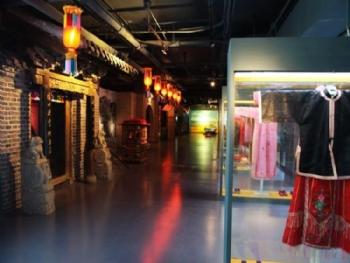 各展区展示元素依据青岛民俗专家的指导性意见,充分展示了不同年代的