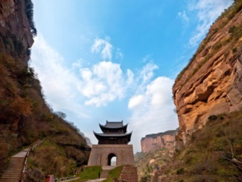 剑门山脉为龙门山支脉,其横亘于广元市元坝区和剑阁县北境,东南延伸