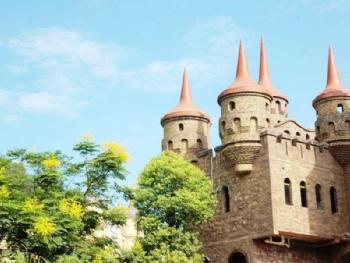 欧式建筑的风情小镇,小镇曲折蜿蜒,建有欧洲中世纪的教堂,塔楼,文艺