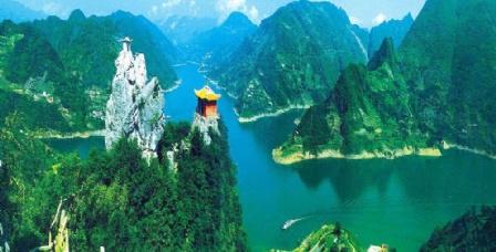 清江畫廊風景區位于宜昌長陽土家族自治縣,涵蓋隔河巖大壩以上至