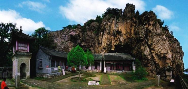 整个寺庙分下庙、上庙两大部分,但上下贯通,连成一体。每个部分都由一个个小寺庙构成,每个小寺庙又都是一个四合院,有正殿和配殿。这种布局,是北方寺庙建筑群的典型布局。下庙左右翼连。左翼中轴线上,由前至后建有前殿、天后圣母殿;右翼中轴线上,由前至后建有天王殿、地藏殿、释迦牟尼殿、财神帝、关帝殿。下庙于正殿之外,还有东、西十王殿和吕祖亭等。上庙布局较散,由前至后有佛塔、观海亭、玉皇殿。玉皇 殿之左有药王殿,其右前方并列有龙王殿、罗汉殿、三霄娘娘殿。  大孤山风景名胜区