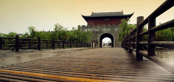 景区详情 游玩景点占鳌塔   在盐官海塘上还矗立着一座楼阁式的古塔